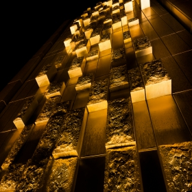 Стена от злато