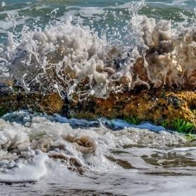 Разбиване на морска вълна