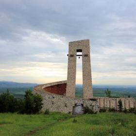 Паметник на трите поколения над Перущица