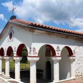 храм Успение Богородично-Карлуково
