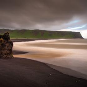 Iceland - поглед от Reynisfjara към Reynisdrangar