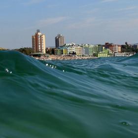 Зад  вълните