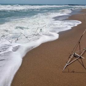 А остатъците от чадъри искаха да си играят с морето...