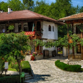 В двора на Клисурския манастир