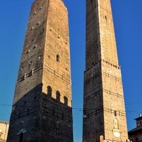 Garisenda и Asinelli - наклонените кули на Болоня