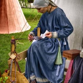 Плетачката на средновековни колани