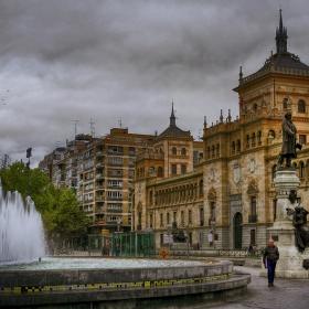 Паметник, шадраван и старинно здание