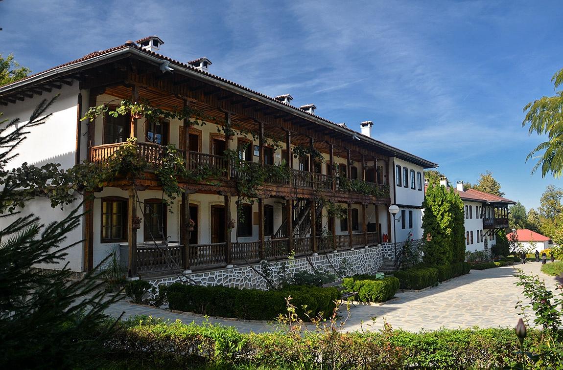 Манастирските чардаци