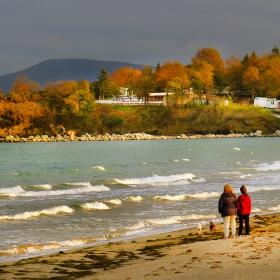 Есенна разходка край морския бряг