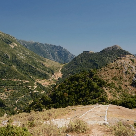 Погледнато от църквата Agios Donatos Souliou към крепостите Kougi* и Kiafa**