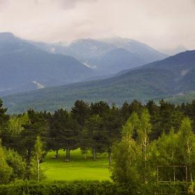 Пирин и голф игрището в полите му