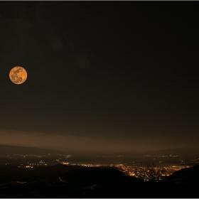 Луната над моя град