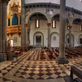Техника за панорамно заснемане на интериор на църква от ръка с вертикални кадри и Bracketing