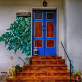 Край входната врата