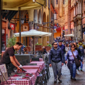 По улица в старата част на Болоня