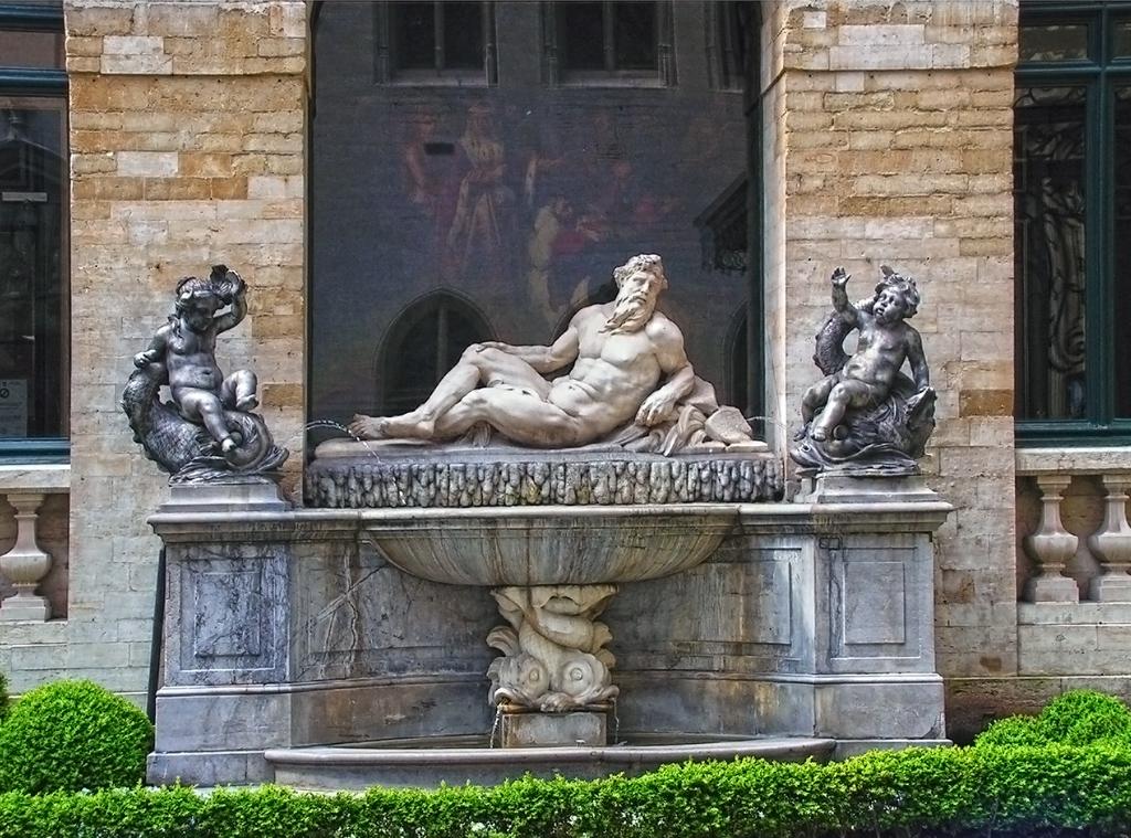 Скулптура символизираща реката Scheldt - Кметство на Брюксел