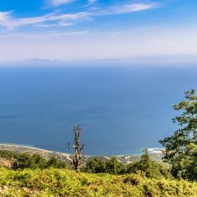 Планината Саос от където бог Посейдон е наблюдавал троянската война, в далечината Троя.