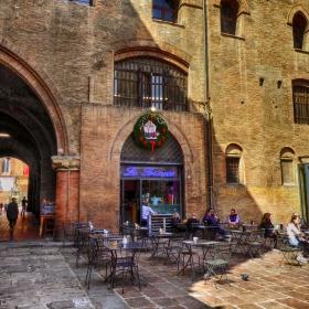 В сянката на стария площад