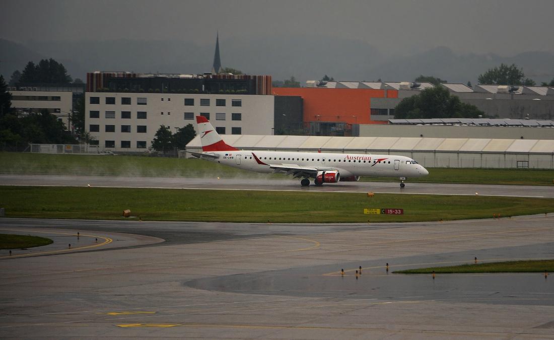 Дъждовно кацане - Embraer 195