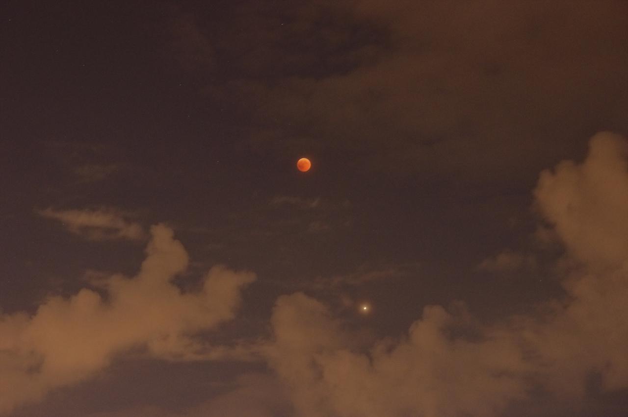 Най-дългото лунно затъмнение за този век заедно с великото противостояние на Марс сред облаци