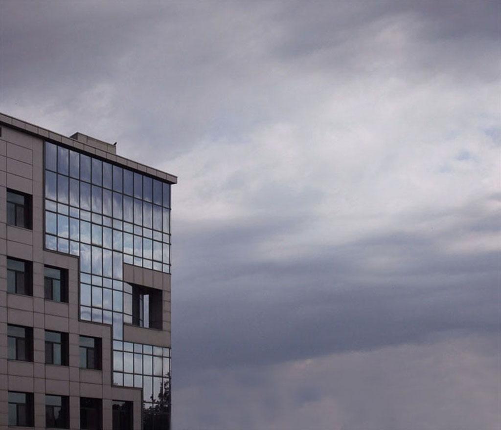 Небесно огледало - сградата на НАП
