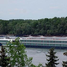 Туристически кораб под швейцарски флаг - нагоре по Дунав