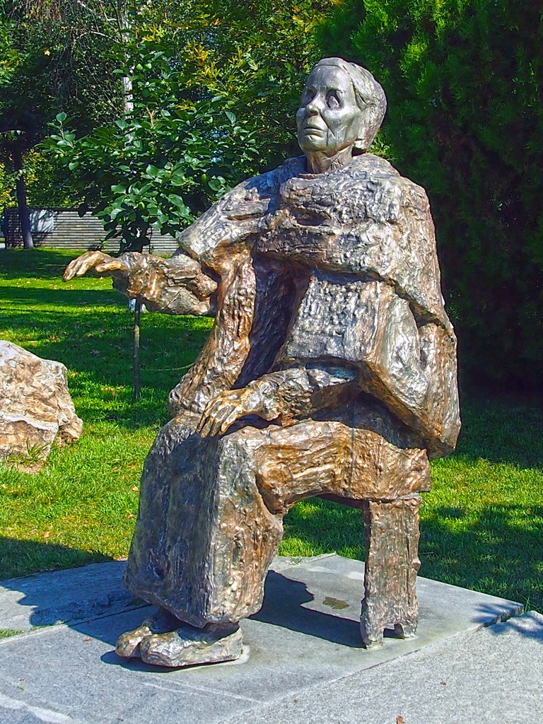 Баба Ванга - скулптура