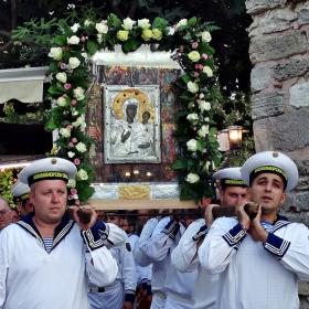 Моряци носят иконата на Богородица в Несебър