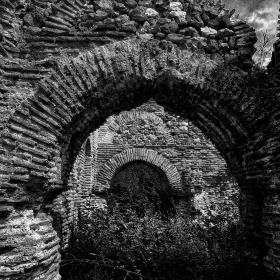Поглед през арките на Беловската базилика