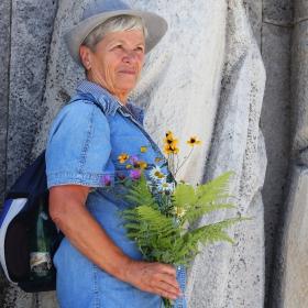 Стръкче цвете за героите