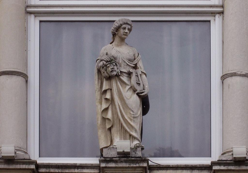 Една от скулптурите, украсяващи Доходното здание в Русе