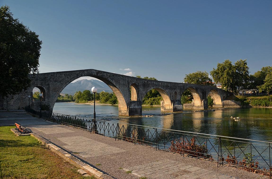 Мостът на Арта - четирисводест каменен мост от XVII век, дълъг 150 метра