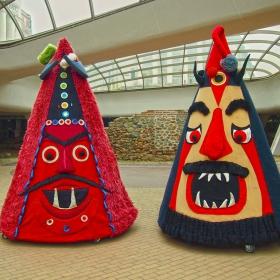 Гигантски кукерски маски под купола на