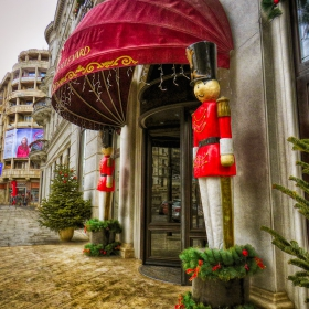 На новогодишен пост пред букурещки хотел