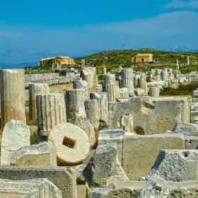 Всред руините на остров Делос