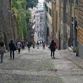 Улица в Генуа: Интересно, всички сме за надолу!