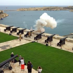Малта, Салюта по пладне от крепостта на Валетта