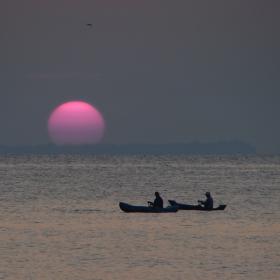 Изгряващото слънце и рибарите