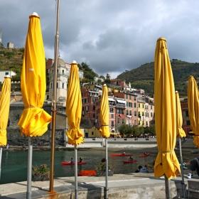 Жълти чадъри във Vernazza, район Cinque Terre, Италия
