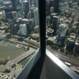 Река Яра от близо 300 метра, но зад стъклото на 88 -мия етаж на Кулата Еврика, Мелбърн