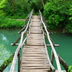 По моста