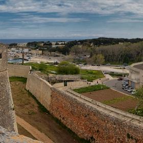 Над крепостния ров на сastello Aragonese, 1498 г.