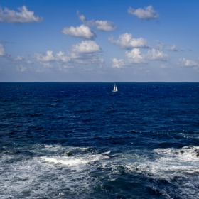 Самотна лодка се белее...