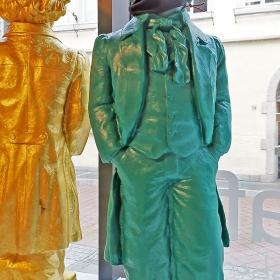 COVID 19  не подмина и Бетовен- по случай 250 години от Рождението му в Къщата музей на композитора можеха и тези кичозности да се видят-  в червени, зелени, жълти цветове.... но вече и с маска ...