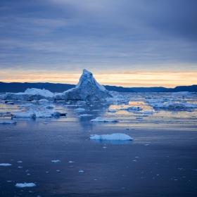 Ледено синьо