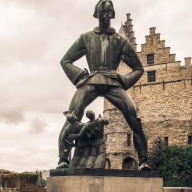 Антверпен - Статуя на гиганта Ланде Вапер. Според легендата през средновековието е тероризирал жителите на града