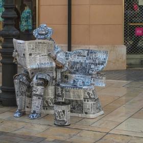 Уличен артист опакован с вестници