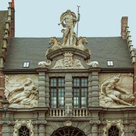 Гент - Статуя на Нетун с неговия тризъбец и на Божествата на двете реки на Гент, Лее и Шелда разположени над входа на Oude Vismijn - Старата рибна борса.