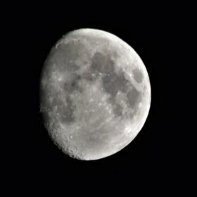 Още една луна за всички