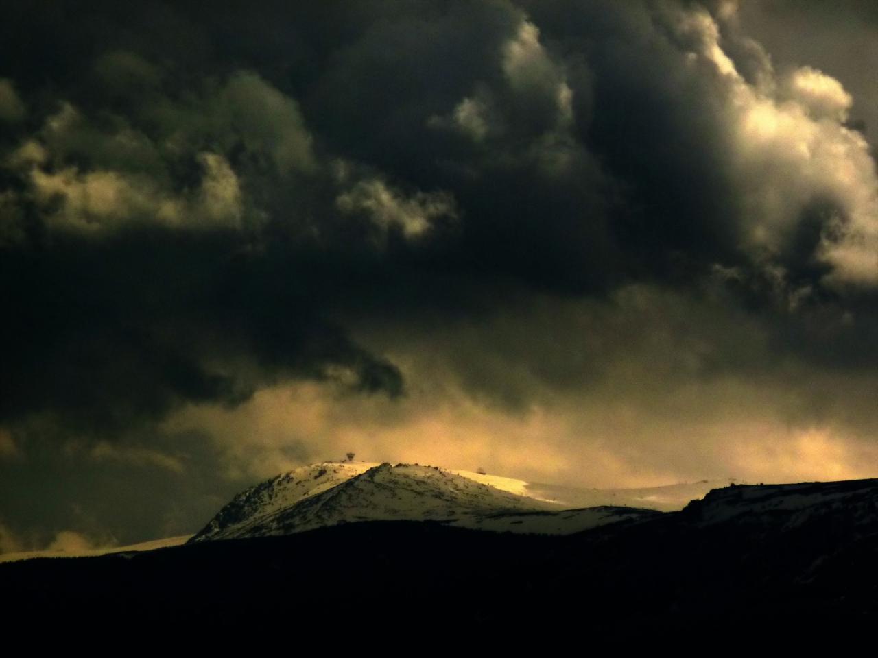 ...а Черни връх едва се вижда